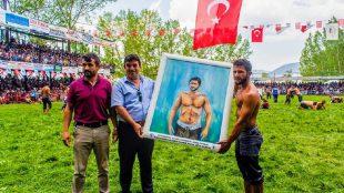 Başkan Sağır Milli Güreşçi Cemal Cumbur'a Kendi Resmini Hediye Etti
